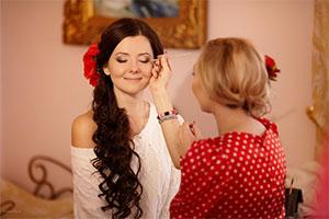 Невеста готовиться к свадьбе